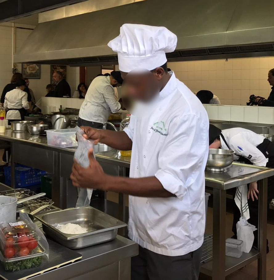 Un joven del curso formativo de operaciones b sicas de - Curso cocina basica ...